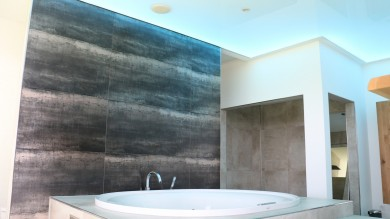 Luxusbad, Luxusspanndecke, Spanndecke hochglanz weiß, Deckenbeleuchtung, LED Deckenbespannung, Raumdecke, Lackdecke, Baddecke, Badbeleuchtung